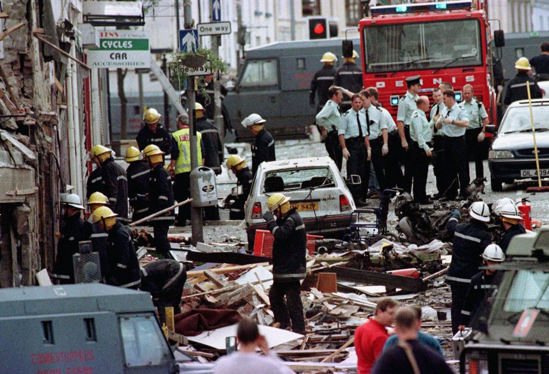 En 43 år gammel mann er pågrepet og siktet for å ha stått bak det dødelige bombeangrepet i Omagh i Nord-Irland for 16 år siden.