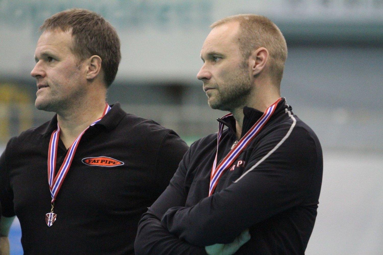 BITTERT: Trner André Sveen (høyre) og hjelpetrener Jan Serenander var skuffet etter tapte mot Slevik.