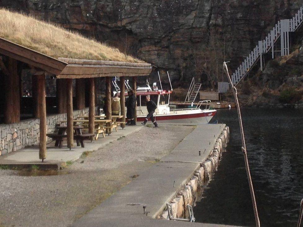Familien som fant den døde mannen i Kollevåg, bor på oppsiden av viken der han ble funnet, ved frilufthytten.