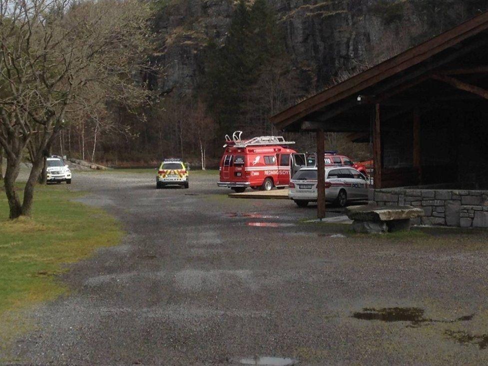 Politi, brannvesen og ambulanse rykket søndag morgen ut til Kollevåg, der en mann ble funnet død i sjøen. – Vi fant ham i fjæren da vi skulle spise frokost i dag, sier naboer til BA.