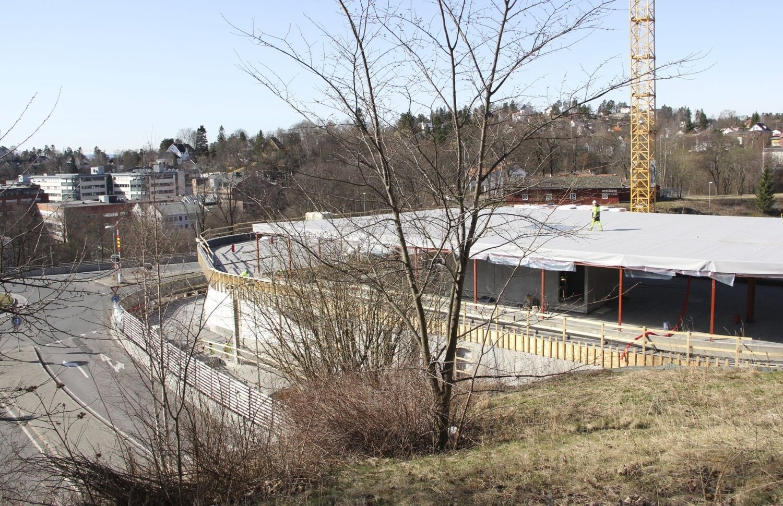 Her kommer ett av to bygg over Ring 3 som skal inneholde Møller Bil med bilsalg, verksted og parkeringskjeller. Til venstre i bildet avkjøring til CCVest i rundkjøringen.Foto: Vidar Bakken
