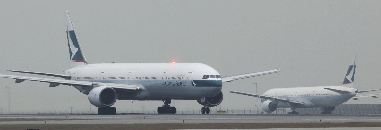 VILLE TIL SOTSJI: Et passasjerfly fra Cathay Pacific Airways gjør seg klar til avgang fra Hong Kong Airport. Finnen, som nå stilles for retten, skal ha forsøkt å kapre et Cathay-fly på vei fra Amsterdam til Hongkong. Han ble overmannet og bundet til setet.