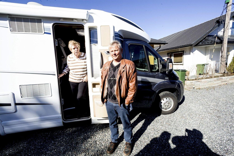 PÅlegg om å flytte: Solveig og Terje Røste har fått pålegg fra politiet om å flytte ut av huset sitt i Løken Terrasse 19. Nå bor de i bobil på gårdsplassen.