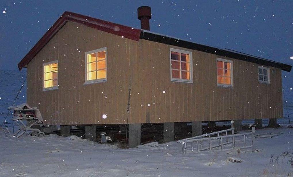 BRUKTE HYTTA UTEN Å BETALE: Per Molund forteller at da det ble foretatt oppsyn på Dærtahytta i vinter var hytta enda varm, men ingen hadde skrevet seg inn i hytteboka.