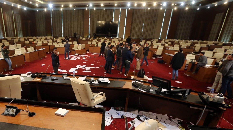 IKKE FØRSTE GANG: Tirsdagens væpnede angrep mot Libyas nasjonalforsamling var ikke det første. Dette bildet ble tatt i begynnelsen av mars 2014 da nasjonalforsamlingen i Tripoli ble stormet av væpnede menn.