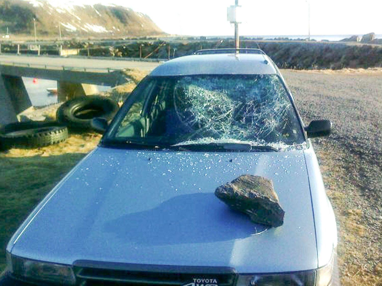 KNUST MED KAMPESTEIN: Ekteparet i 60-årene har opplevd hærverk på bilene sine gjentatte ganger.