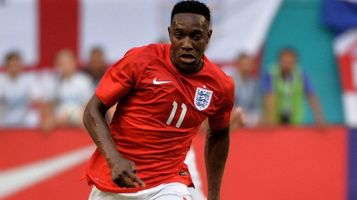 England-spissen Danny Welbeck haltet av banen under tirsdagens landslagstrening i Brasil.