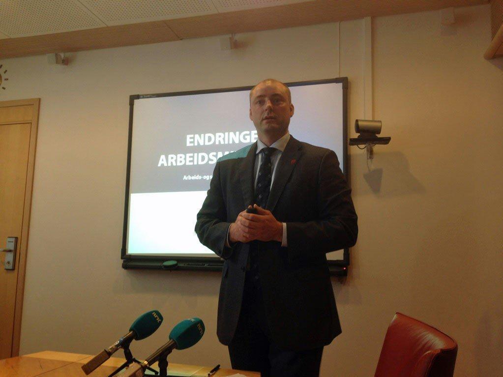 NYE TAKTER: Arbeids- og sosialminister Robert Eriksson (Frp) vil endre arbeidsmiljøloven. Men - får han flertall for det?