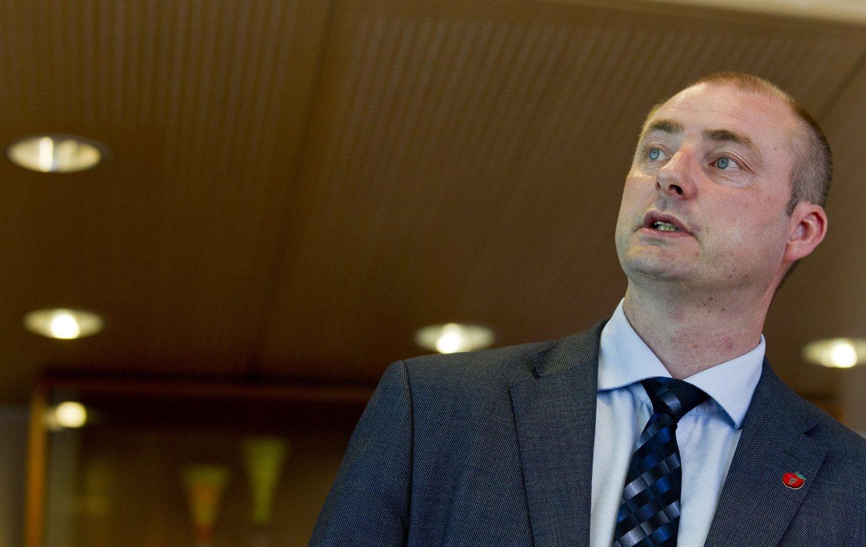Arbeids- og sosialminister Robert Eriksson (Frp) vil øke bruken av midlertidig ansatte, og løse opp reglene for overtid.