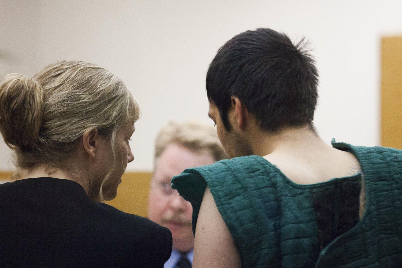 SIKTET: Aaron Ybarra, som er siktet for skoleskytingen i Seattle i forrige uke, snakker med sin advokat Ramona Brandes.