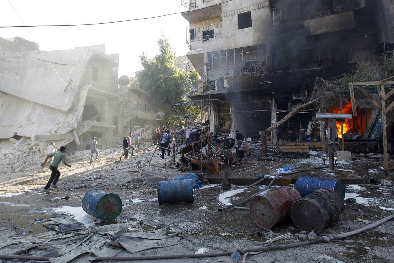 BORGERKRIG: Innbyggere på flukt etter kamper opprørere og regimelojale styrker i bydelen Hullok i Aleppo 1. mai i år.