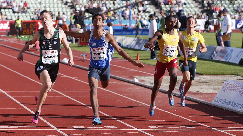 Karsten Warholm (til v.) løper inn til personlig rekord på 200 meter i Bislett Games onsdag.