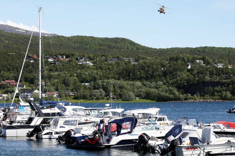 En mann er savnet etter en velt med vannscooter utenfor havna i Fauske lørdag ettermiddag. Et Sea King helikopter og mannskaper fra Røde Kors har deltatt i søket etter den nå antatt omkomne mannen. Mandag formiddag letes det også med undervannskamera.