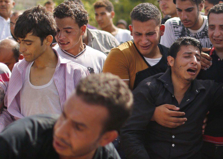 Palestinere i Beit Lahiya nord på Gazastripen sørger i en begravelse lørdag.