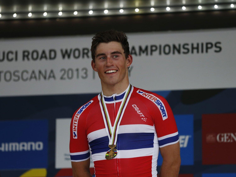 BLIR PROFF: Sondre Holst Enger blir Norges neste sykkelproff. Her står han med bronsemedaljen etter at han spurtet inn til tredjeplass i Landeveisrittet for U23 under Sykkel-VM i Firenze.