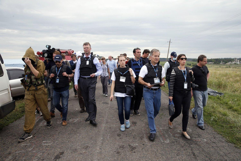 OSSE-observatører med pressen på slep ved stedet der hoveddelen av Malaysian Airlines-flyet krasjet i Grabovo i Donetsk-regionen.