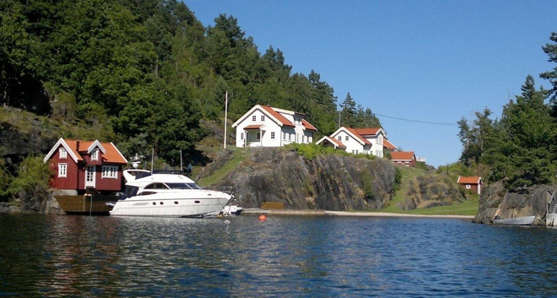 100 MÅL: Eiendommen er det gamle hovedbølet på Risøy, og består av en rekke bygninger og en 100 mål stor tomt.