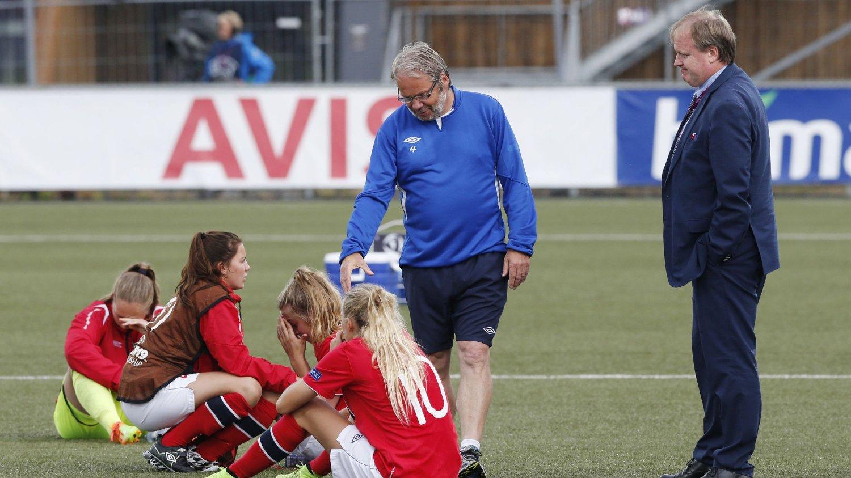 TUNGT TAP: Trener Jarl Torske og fotballpresident Yngve Hallén trøster spillerne etter 0-2-tapet for Spania i semifinalen i EM.