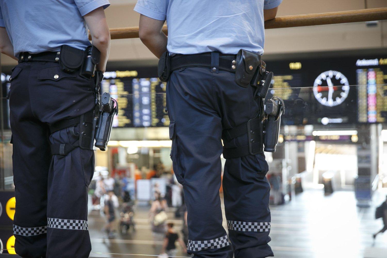 HØYNET BEREDSKAP: Bevæpnet politi på Oslo S fredag ettermiddag. Politiet har høynet beredskapsnivået etter terrortrusselen mot Norge.