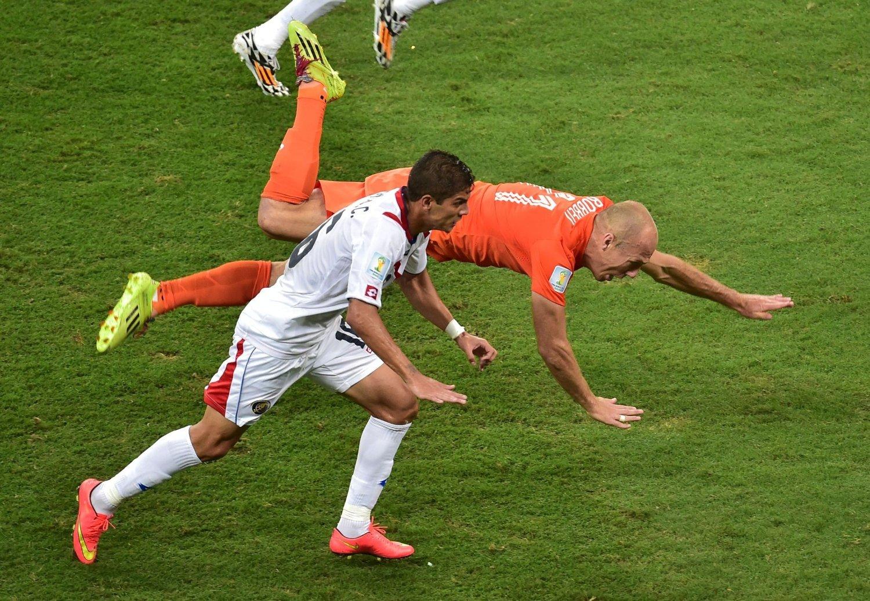 KLAR FOR PREMIER LEAGUE: Christian Gamboa, her i duell med Nederlands Arjen Robben for Costa Rica under VM, skal være klar for West Bromwich.