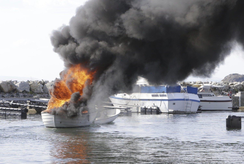TOK BRÅTT FYR: En 22-fots plastsnekke tok brått fyr ved drivstoffpumpene på Fuglevik Marina i Rygge like sør for Moss lørdag. Det var tre personer ombord som måtte hoppe i vannet for å redde seg.
