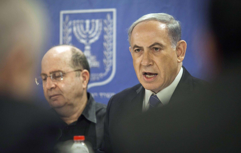 GIR SEG IKKE: Israels statsminister Benjamin Netanyahu (t.h.) med forsvarsminister Moshe Yaalon i Tel Aviv.