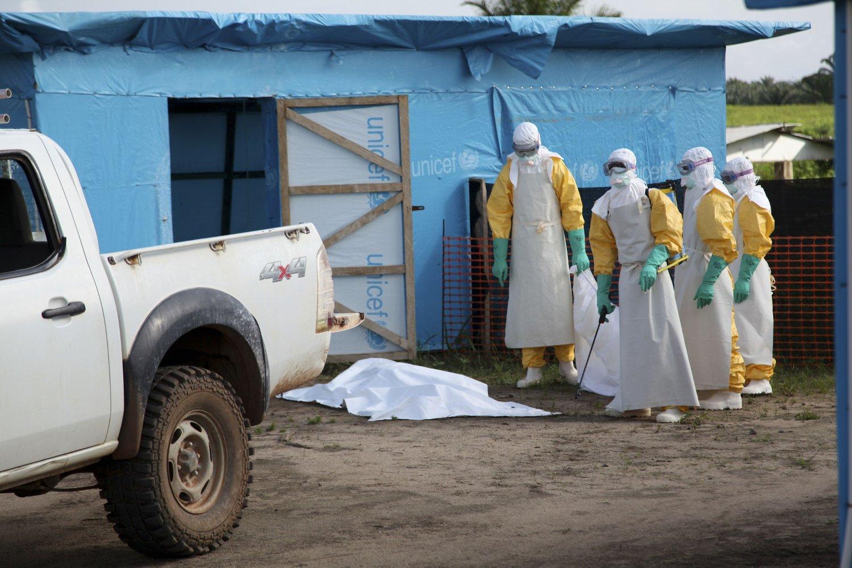 Folkehelseinstituttet frykter idealister fra Norge skal bli smittet av ebola i sin iver etter å hjelpe rammede områder i Afrika. De fraråder mindre og uorganiserte grupper å reise til områder rammet av ebolaviruset for å gi bistand. Foto: Ahmed Jallanzo / UNICEF / Reuters / NTB scanpix