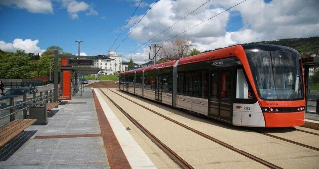 Regjeringen vil dekke 50 prosent av investeringskostnadene til Bybanen i Bergen (bildet), Fornebubanen i Oslo og superbusser i Trondheim og Stavanger.
