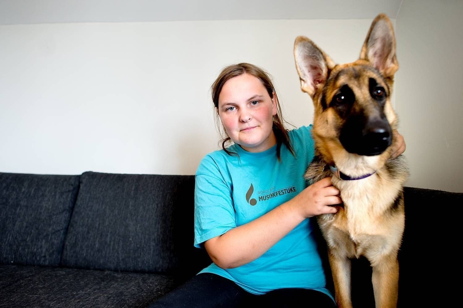 Mari Hanssen (25) med hunden Mika. Hanssen har inntil forrige mandag fått arbeidsavklarings- penger fra NAV. Hun fikk beskjed om at hun ville miste NAV-støtten om hun begynte på hundeskole. Hun mener NAV går helt mot egne prinsipper om å hjelpe folk tilbake i til arbeidslivet.