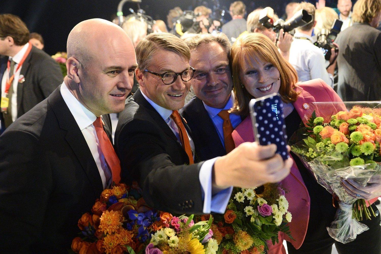 Kristdemokraternas partileder Göran Hägglund tar en selfie av seg selv og de øvrige lederene for den borgerlige regjeringskoalisjonen etter mandagens partilederdebatt. Fra venstre: Statsminister Fredrik Reinfeldt fra Moderaterna, Hägglund, Folkpartiets leder Jan Björklund og Annie Lööf, leder for Centerpartiet.