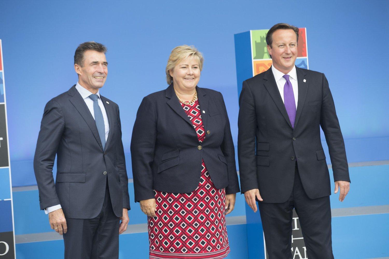 TOPPMØTE: Statsminister Erna Solberg sammen med statsminister David Cameron og NATO-generalsekretær Anders Fogh Rasmussen under åpningen av toppmøtet i Newport i Wales torsdag.