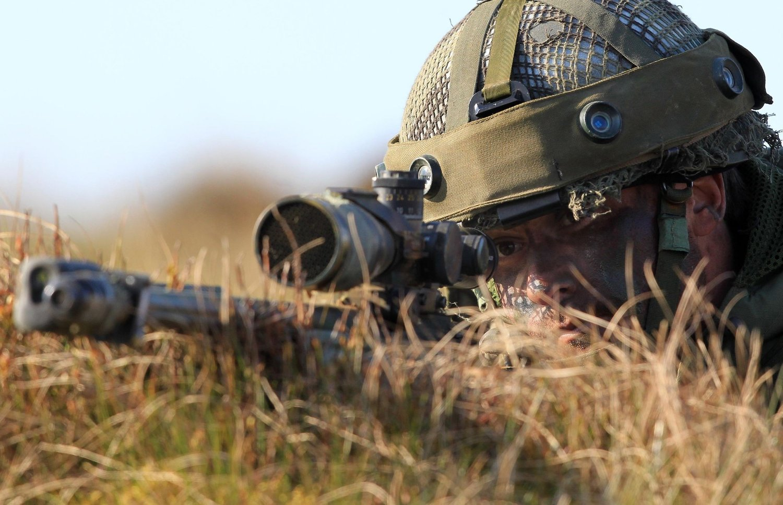 SPYDSPISS: NATOs nye innsatsstyrke skal skal inneholde flere tusen bakkesoldater som er rede til å reise innen dager med støtte fra luft-, sjø- og spesialstyrker. Bildet viser en skarpskytter fra Storbritannias 3rd Parachute Brigade under en NATO-øvelse i 2012.