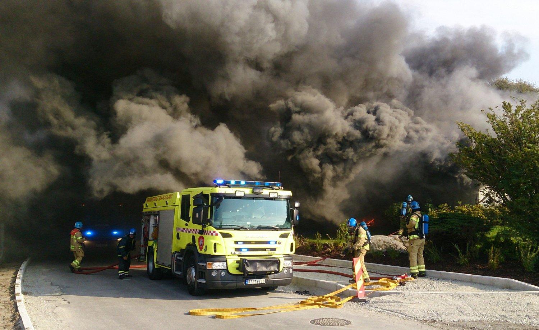 Kraftig røykutvikling etter at det brøt ut brann i et asylmottak i Sandnes fredag ettermiddag.