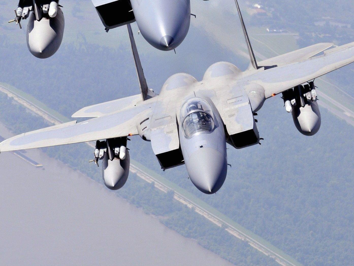 BLE FULGT AV JAGERE: Arkivfoto av to F-15 fly tatt under en øvelse i Louisiana i 2009. To slike jagere ble sendt for å eskortere småflyet som ikke svarte på anrop.