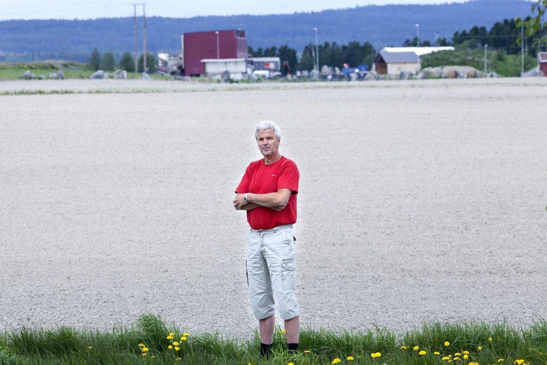 TIL SAK: - Retten får nå vurdere om en kommune kan behandle sine innbyggere på den måten vi er blitt i årevis, sier Per Martinsen. Esval Miljøpark i bakgrunnen.