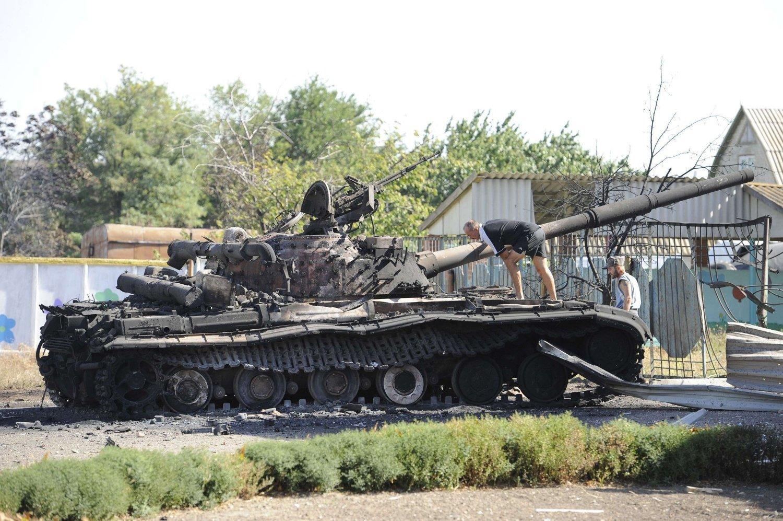 FORLATT: Landsbybeboere i Talakovka, 22 kilometer norøst for Mapiupo, sjekker en forlatt stridsvogn i en barnehage lørdag, en dag etter at fredsavtalen ble undertegnet.