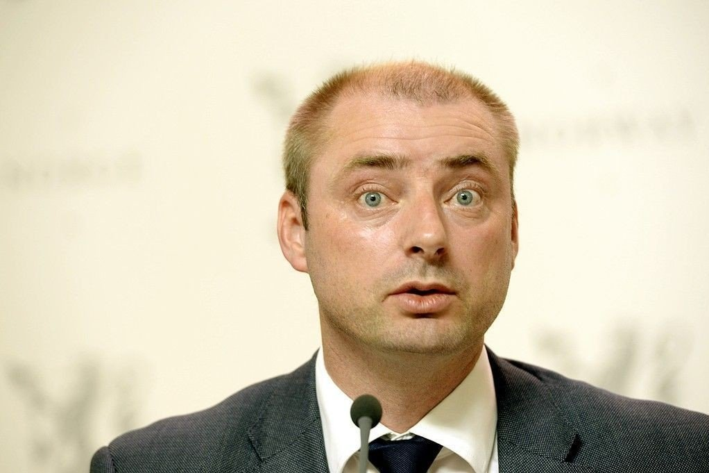 Arbeids- og sosialminister Robert Eriksson varslet tvungen lønnsnemd i vaskerikonflikten på grunn av fare for liv og helse.