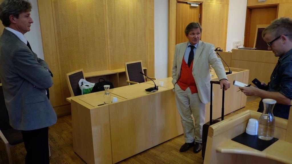 RETTEN HEVET: Advokatene Terje Einarsen (til venstre) og Arild Humlen etter siste dag av Neda-saken i Oslo tingrett onsdag.