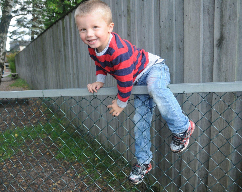 VILLE HJEM: Oliver hoppet over gjerdet til barnehagen og begynt å gå hjemover. Barnehagen merket ikke at han var borte før de ble oppringt av politiet. Da hadde gutten vært borte i en og en halv time.