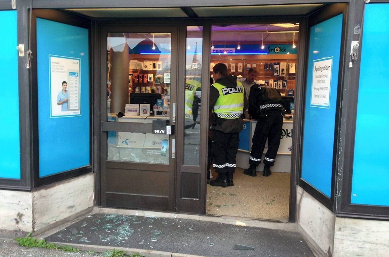 Mannen som ikke fikk låne toalettet slo seg vrang da de ansatte i telefonbutikken «Snakk» forsøkte å holde ham inne i butikken til politiet ankom. Han forsøkte fånyttes å knuse seg vei til friheten med en kaffekanne og et kosteskaft.