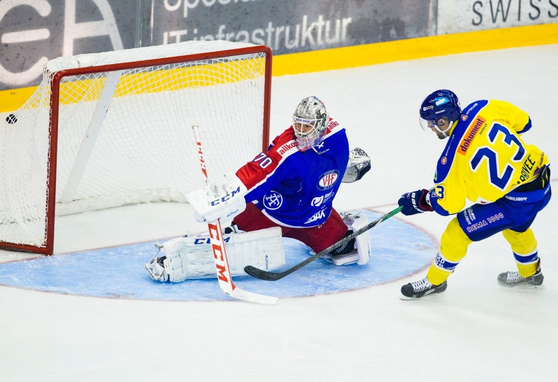 Christian Larriveé scorer det første målet i Storhamars snuoperasjon mot Vålerenga i serieåpningen på Jordal Amfi.