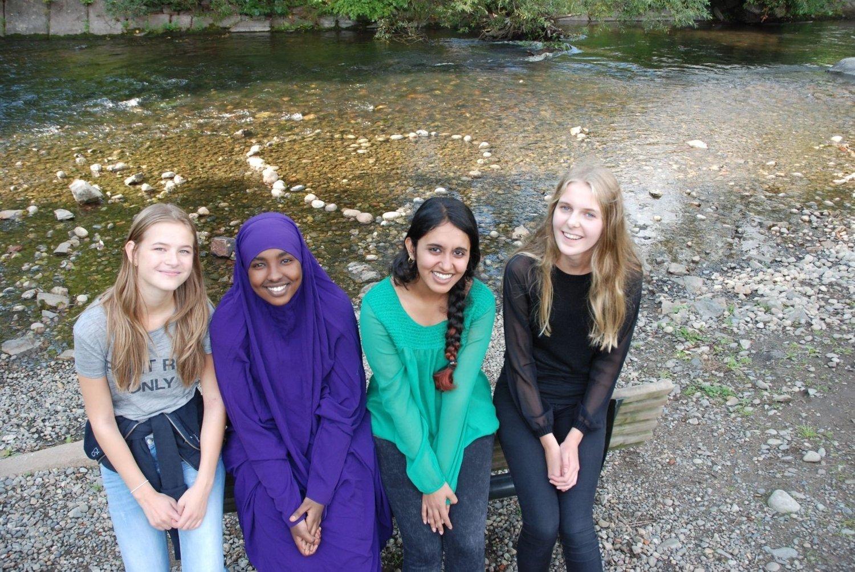 Andrea Reine, Ishan Komnedid Osman, Amina Fatimah Kousar og Alba Aasen Wien har laget hjertet i Akerselva.