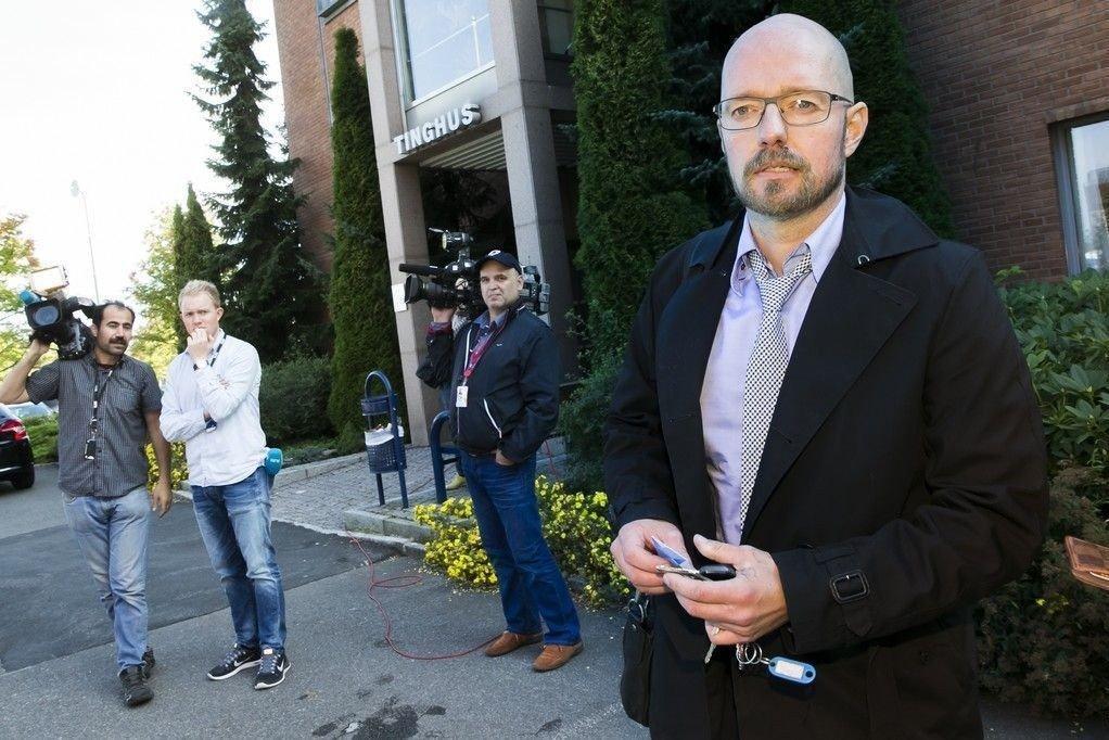Forsvarer Petter Bonde etter fengslingsmøtene for de 11 siktede i Lime-saken i Nedre Romerike tingrett. Bondes klient er den syke faren til de antatte hovedmennene i Lime-saken. Faren ble fengslet i fire uker. Han kollapset utenfor rettssalen og måtte bæres ut i bilen som kjørte til sykehuset.