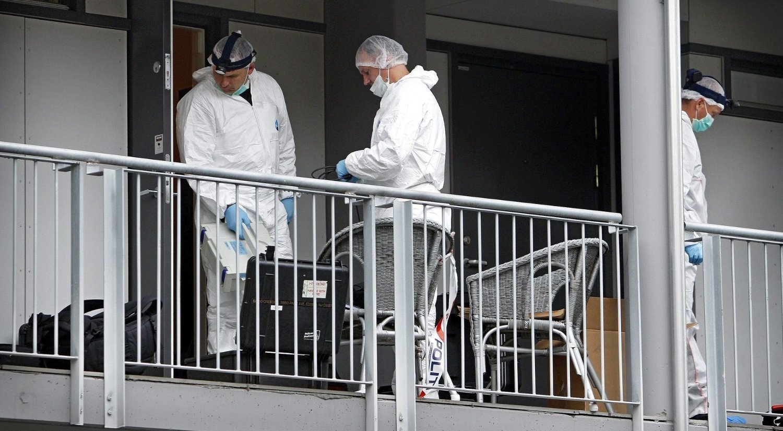 ÅSTEDET: Her gjør kriminalteknikere fra Kripos undersøkelser i leiligheten dagen etter drapet.