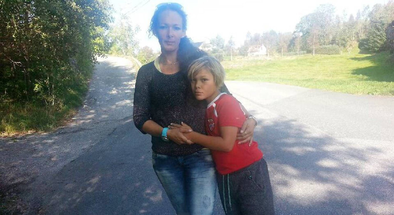 Lisabell Rodriguez reagerer etter at sønnen Francis Leander (8) skal ha blitt forsøkt lokket inn i hvit varebil. Hendelsen skjedde ved Glesnes skule på Sotra torsdag kveld.