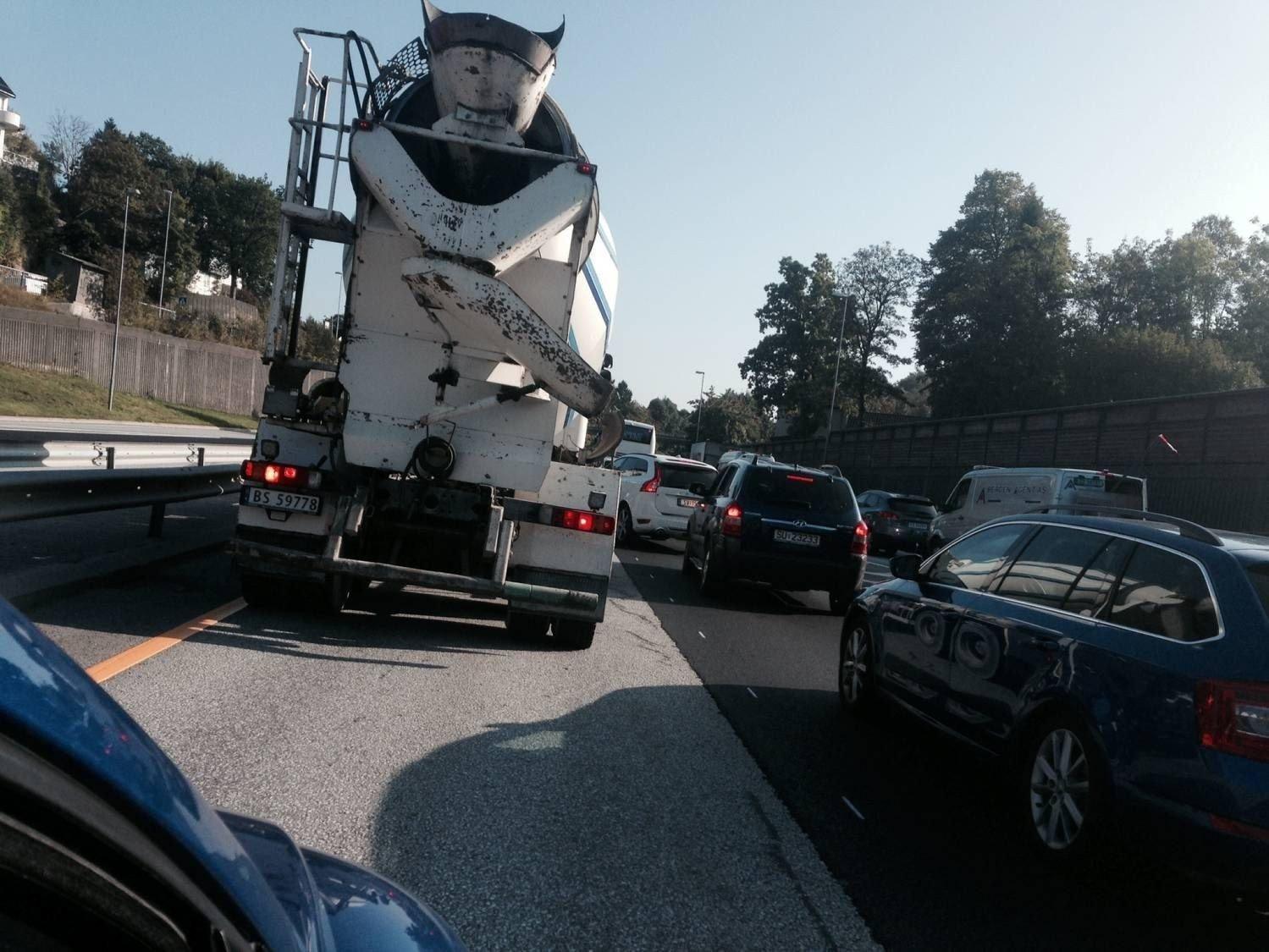 Det har tettet seg til på Fritz C. Riebers vei fredag ettermiddag. Veitrafikksentralen har ikke fått melding om at det har vært noen hendelser i trafikken som kan ha forårsaket køen.