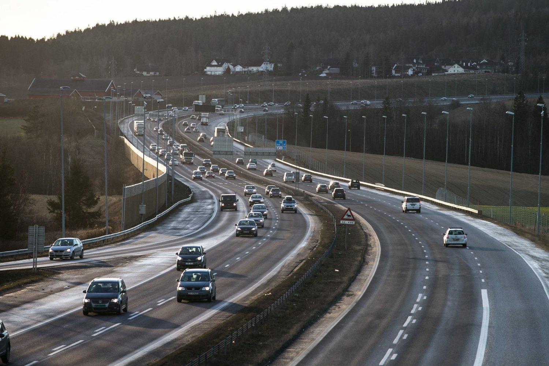 Naf krever at Samferdselsdepartementet må sikre over 8000 nye parkeringsplasser langs innfartsveiene til de store byene, som her ved E6 nord for Oslo.