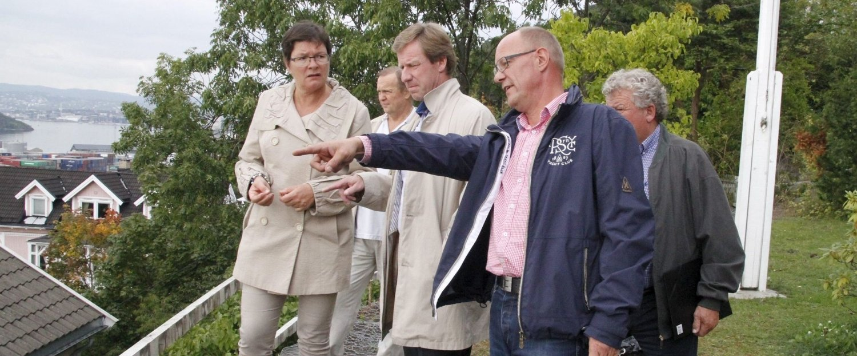 Har forståelse: Bydelsdirektør i Bydel Nordstrand, Per Morstad (i midten), med bl.a. Anne Marie Finstad og Øystein A. Larsen, beboere i Bekkelagsveien og Skogbakken.