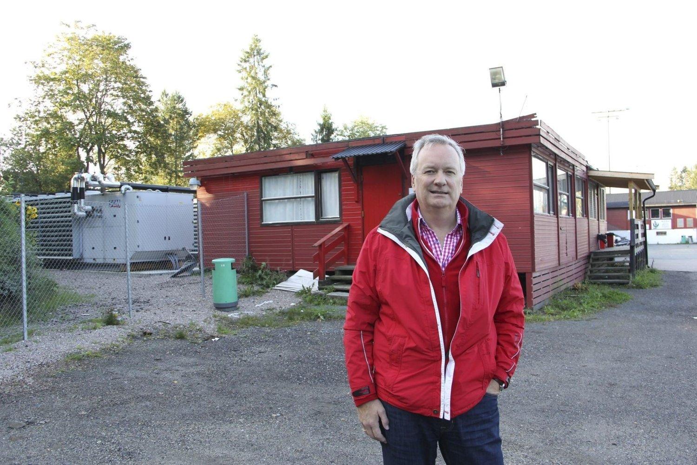 UROLIG: Leder av Ullern IF, Svein Storjord, er bekymret for iskjøleanlegget til venstre i bakgrunnen. Foto: Vidar Bakken