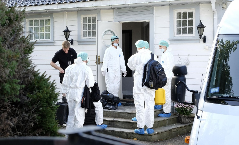 Teknikere fra politiet undersøker eneboligen på Bekkelaget i Oslo der to personer ble skadd i en voldsepisode fredag. En person er pågrepet i forbindelse med hendelsen.